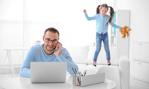 Man-met-kind-aan-het-werk de Waal jurist